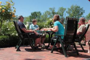 Sonnige Terrasse zum gemeinsamen Essen und Zeit verbringen