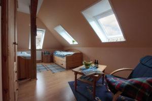 2 Zimmer mit jeweils 2 Betten und einem Bett für Babys